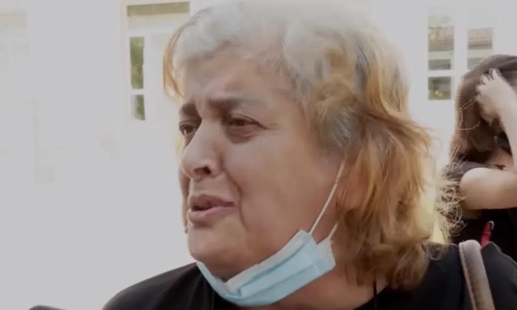 Μητέρα ΚΛΑΙΕΙ επειδή έδιωξαν τον ανεμβολίαστο γιατρό που χειρουργούσε το παιδί της, vid