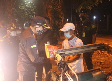 Malam Hari, Kajari Tangerang Keliling Bagi Sembako Ke Pemulung Dan Tukang Becak