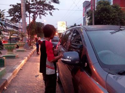 Anak Jalanan sedang mengamen di Simpang Aksara Medan