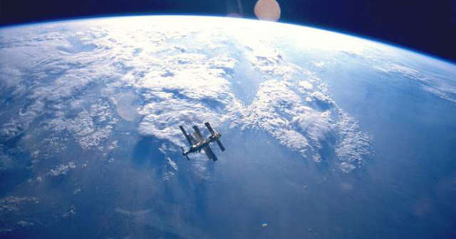 Một tàu vũ trụ đang quay quanh trái đất hơn 700 ngày và chỉ có quân đội Mỹ biết tại sao