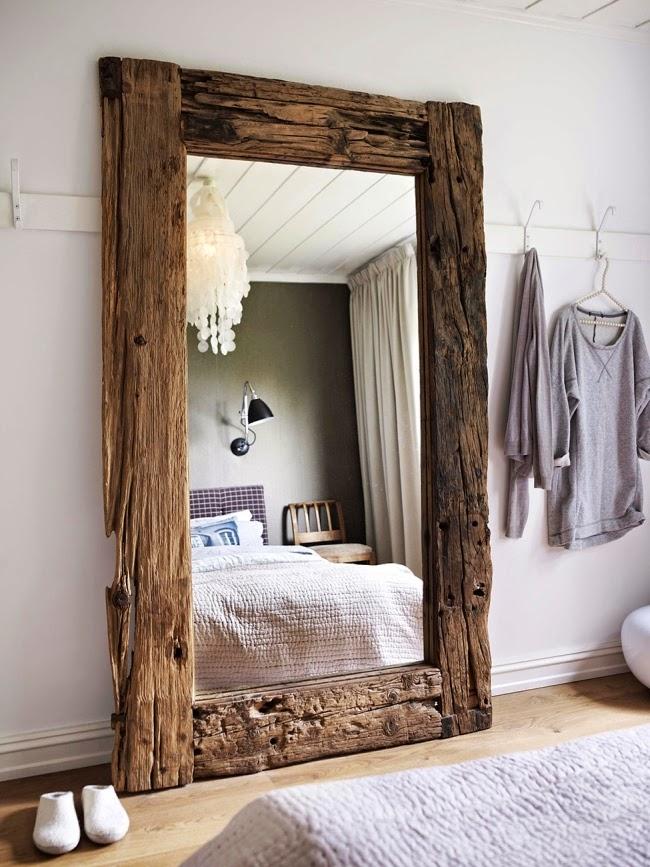 Mieszkanie w skandynawskim stylu z dodatkami vintage, wystrój wnętrz, wnętrza, urządzanie domu, dekoracje wnętrz, aranżacja wnętrz, inspiracje wnętrz,interior design , dom i wnętrze, aranżacja mieszkania, modne wnętrza, białe wnętrza, styl skandynawski, vintage, starocia, sypialnia, lustro w ramie ze starego drewna