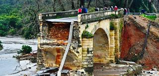 Κρήτη: Αλβανοί μετανάστες βοηθούν στο χτίσιμο της γέφυρας του Κερίτη που κατέρρευσε από την κακοκαιρία
