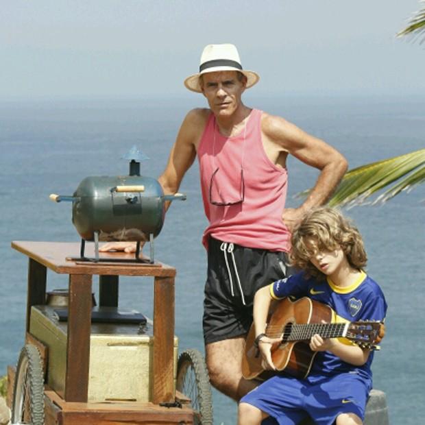 Ex-galã e ator global, Mário Gomes vende hambúrguer e batata frita nas praias cariocas