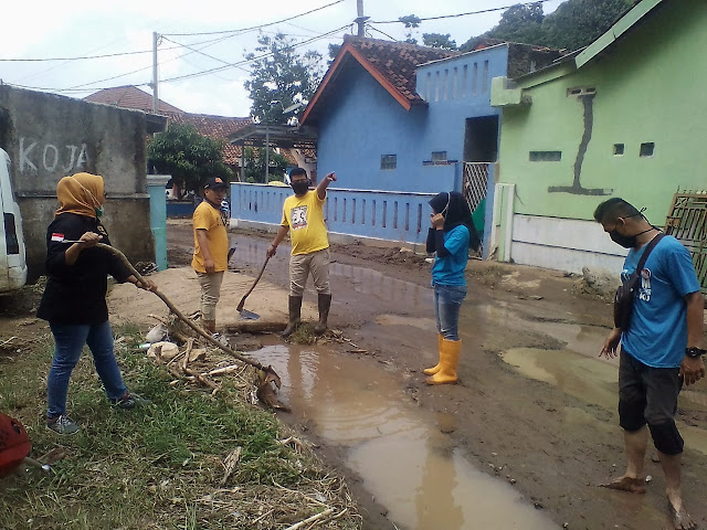 Tanpa kenal lelah para relawan rumah Juang Membantu Warga Musibah Banjir