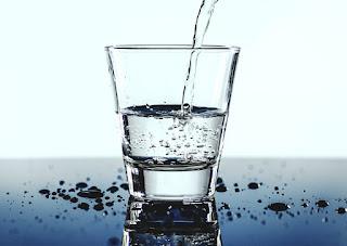 Minum air putih (air mineral murni).