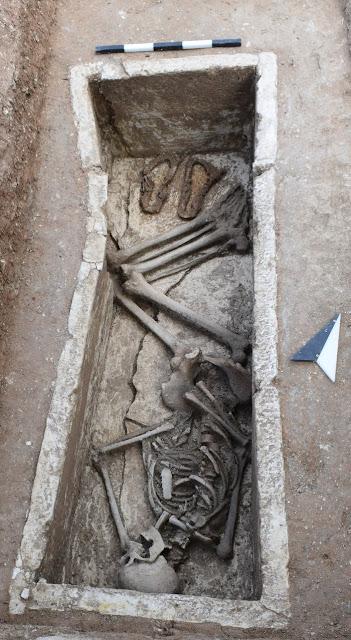 Μοναδικά ευρήματα σε Σικυώνα: Τα σανδάλια του νεκρού κι ο τεράστιος πίθος
