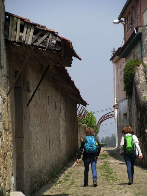 duas peregrinas de Santiago de Compostela em caminho romano