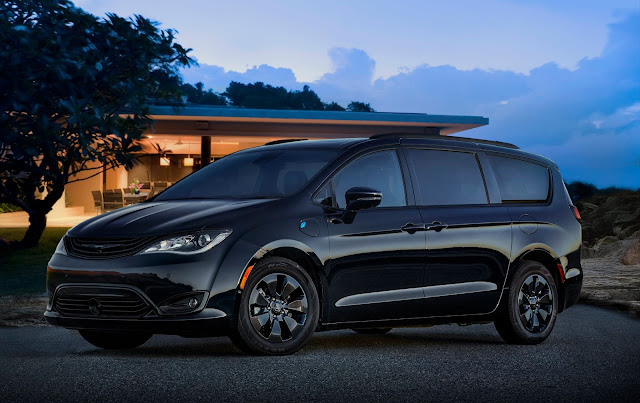 Front 3/4 view of 2019 Chrysler Pacifica Hybrid Limited S