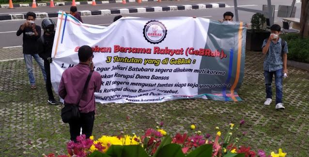 Bawa Karangan Bunga, Gebrak Desak KPK Hukum Mati Juliari Terkait Korupsi Bansos