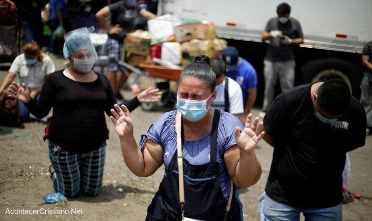 Salvadoreños orando