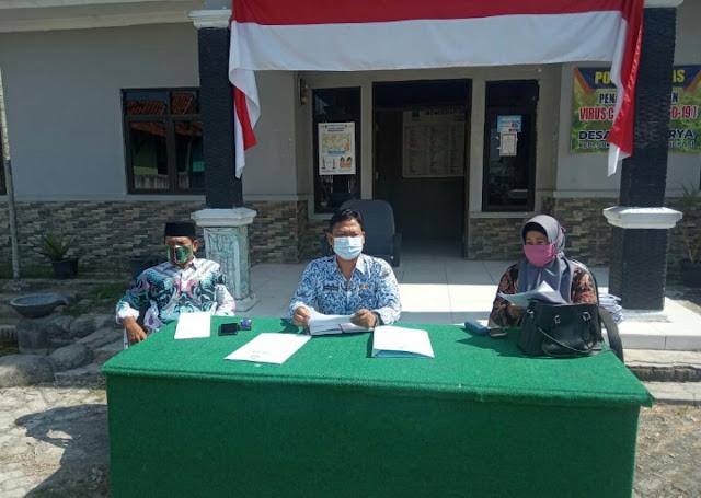 Cegah Covid-19, Pemdes Sukakarya Adakan Rapat Minggon Depan Halaman Kantor Desa