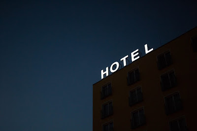 tulisan papan hotel