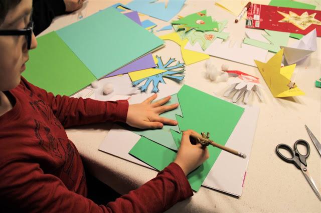 criança a desenhar um postal de Natal