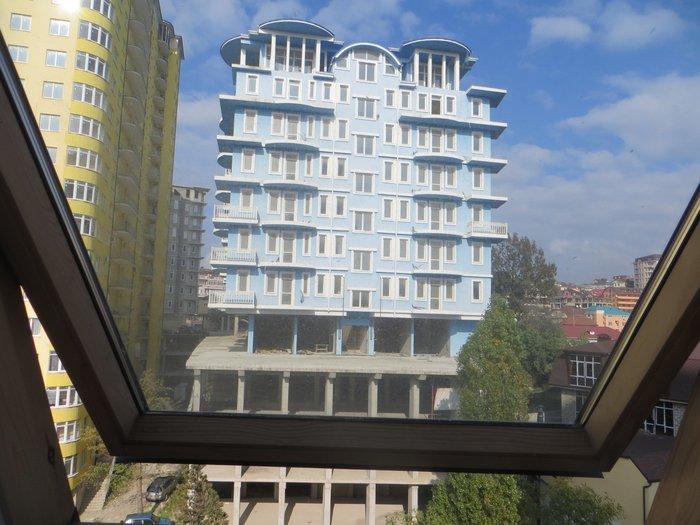 вид из окна на строящий дом