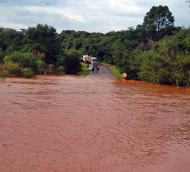 Chuva causa alagamentos e interdita estradas