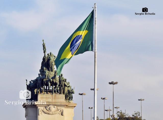 Fotocomposição com a Bandeira Nacional e Monumento à Independência (Ipiranga)