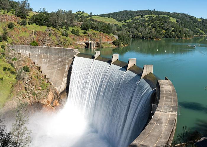 Una represa es un ejemplo de aplicación de mecánica de fluidos