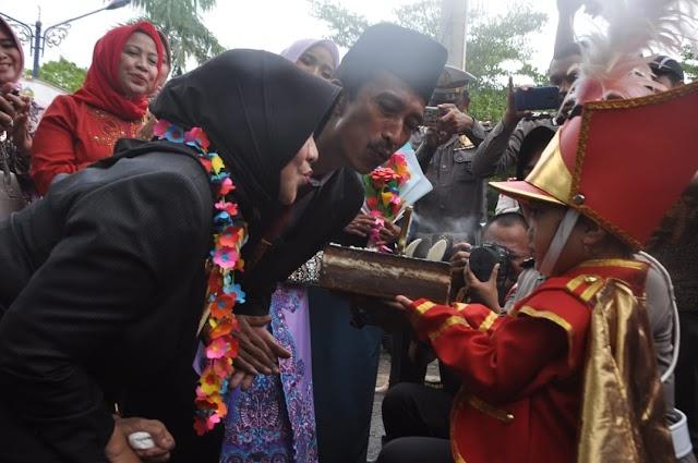 Personil Drumband Ksatria Citanduy Beri Kejutan Kue Ulang Tahun Kota Banjar ke - 17