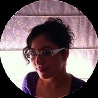 Adella sonriendo con gafas