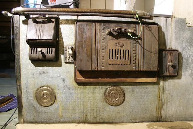 Mrs Sinn: Pellitetyn leivinuunin maalaus // Painting the Old Baking Oven
