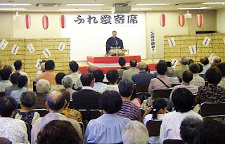 落語家・三遊亭楽春の楽しい出張落語会の風景。