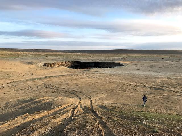 トルクメニスタンのカラクム砂漠にあるダルヴァザ村の近くで1971年から延々と燃えつづけているガスクレーター、通称「地獄の門」(Door to Hell)の近くにある、まだ炎が燃えていないクレーター