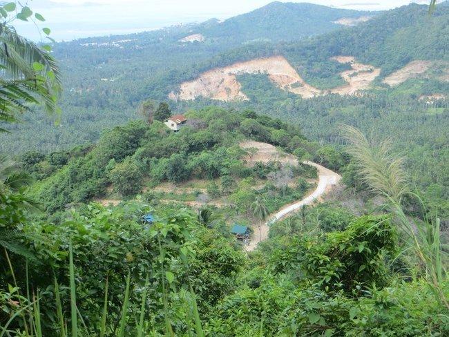 Строят дорогу к домику на горе
