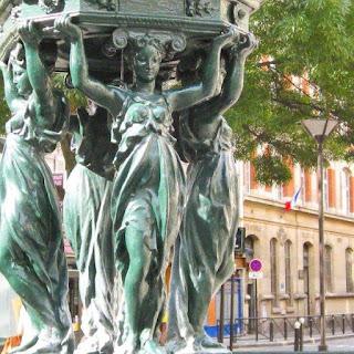 Cariátides en el modelo grande de fuente Wallace en París