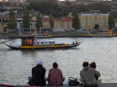 Pessoas sentadas na ribeira do rio Douro
