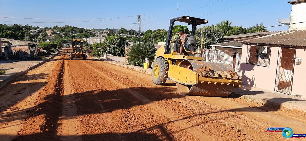 Ruas do bairro de Fátima em Óbidos recebem serviços de terraplanagem para pavimentação asfáltica.