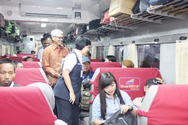Suasana di dalam gerbong kereta api
