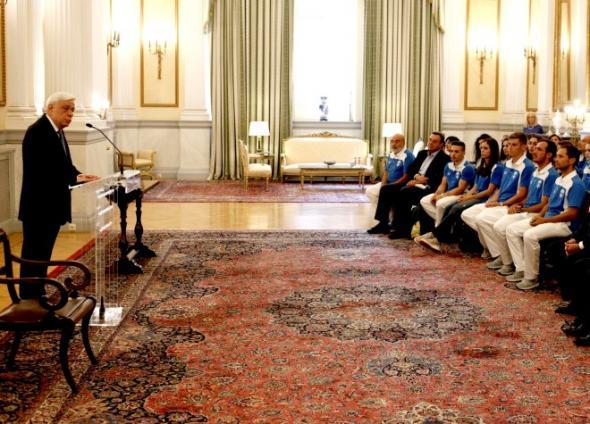 Π. Παυλόπουλος: Είμαστε υπερήφανοι γιατί χάρις σε σας, η Γαλανόλευκη έχει φτάσει στα πέρατα της Οικουμένης. (βίντεο)
