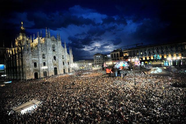 Pessoas reunidas na Piazza del Duomo na noite do Ano Novo