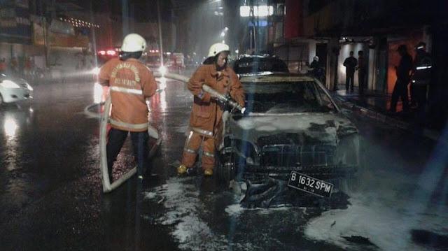 Dua Mobil Hangus di Pecenongan, Jakarta, Diduga Dibom Molotov 4 Orang Tak Dikenal