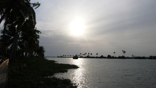 ケララとは、インドの最も南西に位置する、緑、水、ヤシに囲まれたトロピカルな州