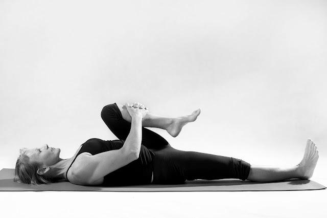 Muốn eo thon, dáng đẹp hãy thử ngay 4 động tác này trong Yoga
