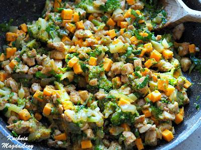 Pierogi pieczone z kurczakiem i brokułami