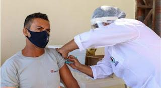 Na contra mão de Guarabira: Garis relatam alívio ao serem vacinados contra a Covid-19 em Petrolina PE