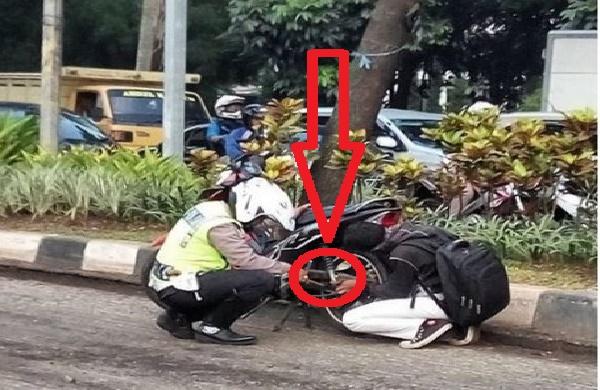 Foto Pak Polisi Ini Mendadak Viral di Media Sosial. Apakah Yang Dilakukannya?