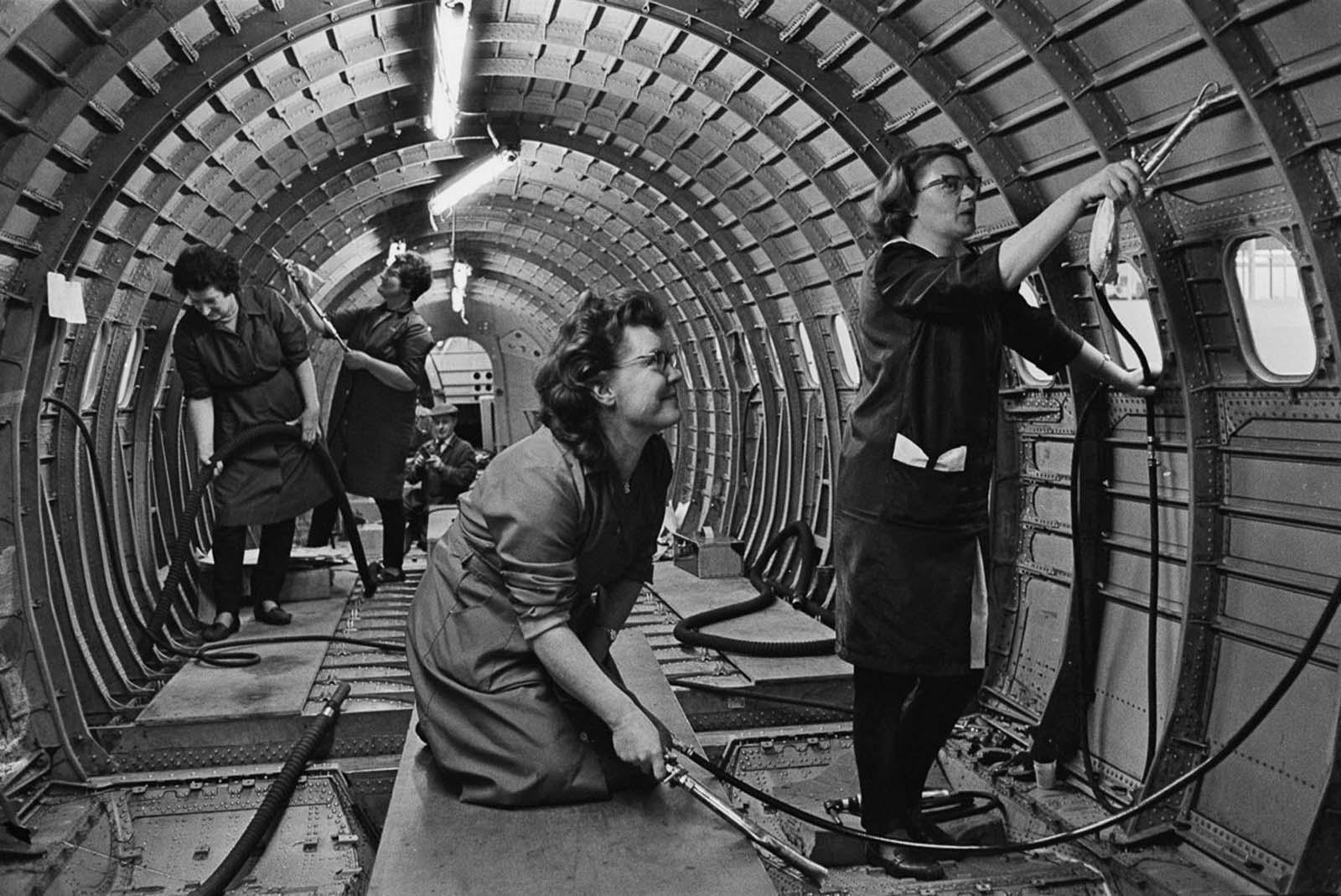 A munkavállalók megtisztítják a Concorde prototípus törzsét.  1967.