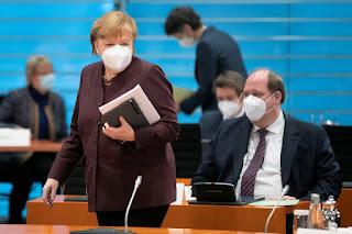 La canciller Angela Merkel en una reunión de gabinete (Reuters)