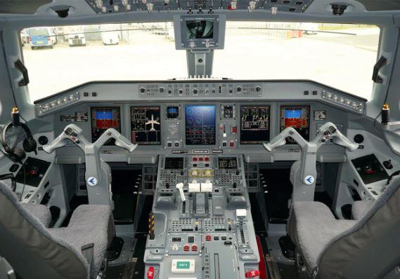 Embraer E175 Cockpit