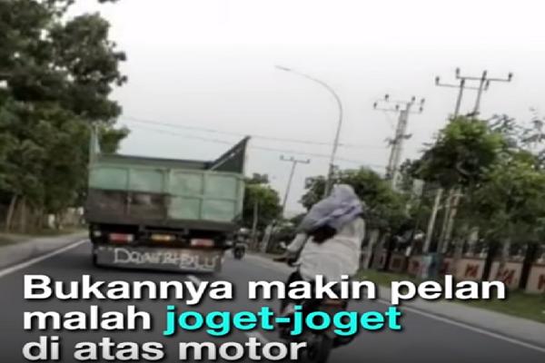 Wanita ini Ugal-Ugalan Berkendara Sambil Joget Diatas Motor, Simak Videonya Bikin Geram