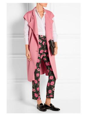 Розовый жилет с рубашкой, брюками с принтом и лоферами