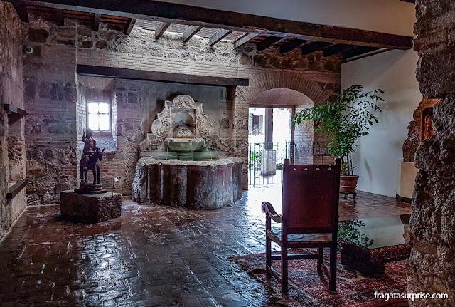 Peças coloniais exibidas no Hotel Museu Casa Santo Domingo, em Antigua, Guatemala