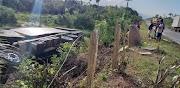 Caminhão tomba na MA-014 próximo do povoado Santa Maria, município de Pinheiro após motorista perder o controle de direção