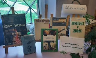 Zdjęcie przedstawia 6 książek na sztalugach oraz dwa napisy: Książki zakazane z powodów społecznych i Książki zakazane.