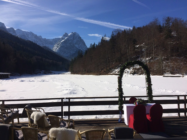 Trauung unter freiem Himmel am See, Winterhochzeit in den Bergen am Riessersee Hotel Garmisch-Partenkirchen in Bayern, Kupfer, Dunkelrot, Hellblau, Grau, Winter wedding abroad Bavaria in copper, ruby red, light blue