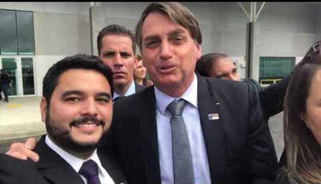 Prefeito Rodrigo Hagge (MDB) e o presidente Jair Bolsonaro (sem partido) na inauguração das obras no aeroporto de Vitoria da Conquista em 2019.