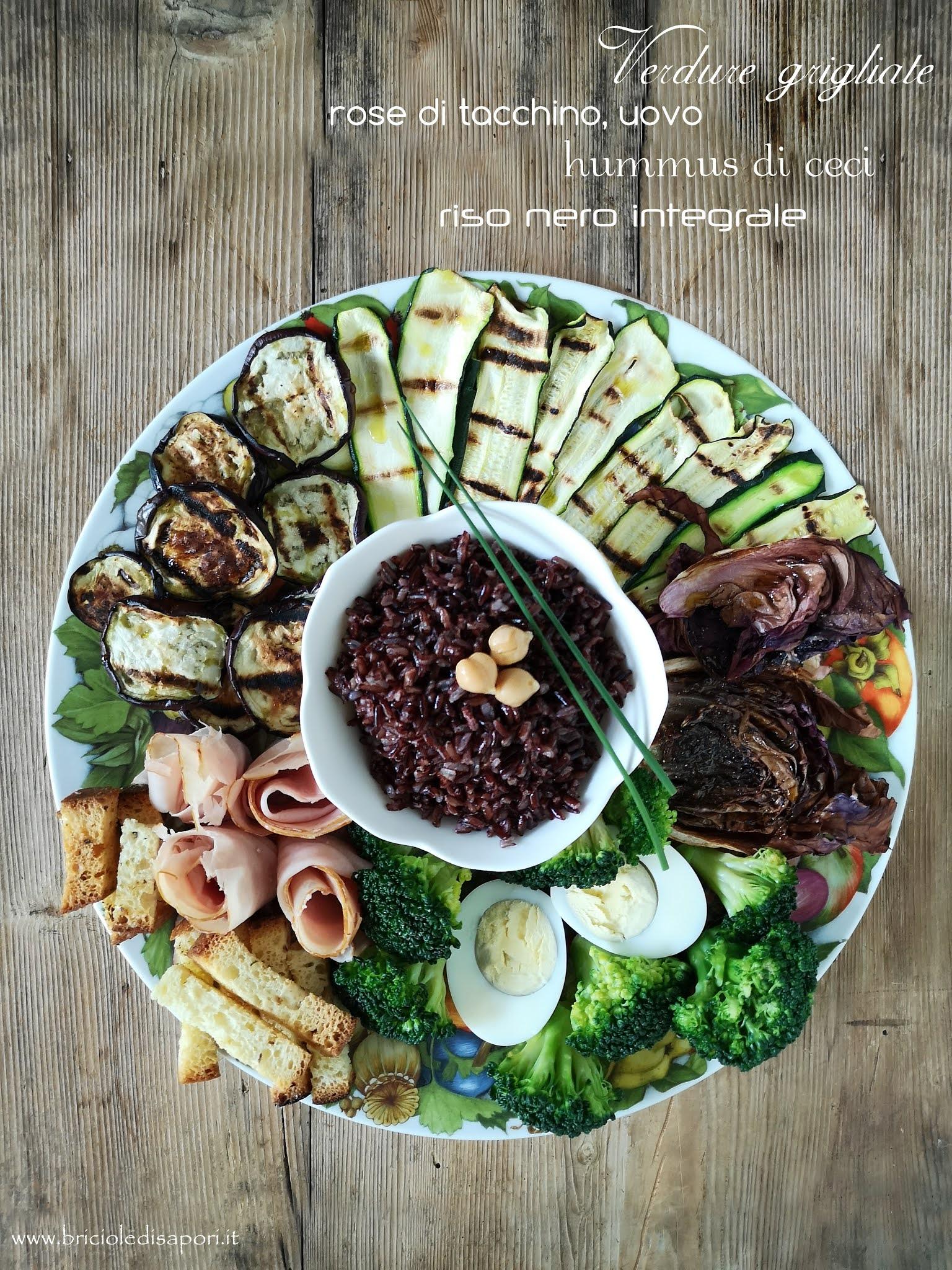 piatto di verdure con hummus e riso nero